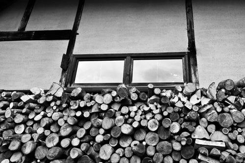 薪ストーブ用の軒下の薪